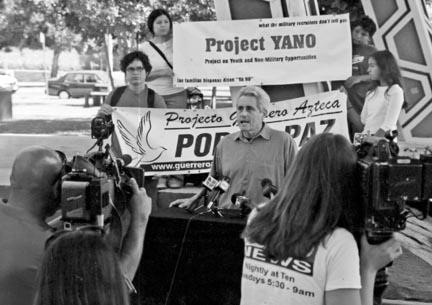 Proyecto Yano activista Jorge Mariscal dirige a los periodistas en una conferencia de prensa el 29 de agosto en San Diego, el anuncio de una campaña nacional para contrarrestar el reclutamiento militar entre los estudiantes de secundaria y universitarios latinos.