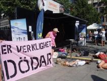 Die-in in Pride Park, Transparent mit Aufschrift 'Eure Realität tötet' (dank - Ofog)