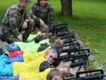 Los niños de un colegio francés pudieron probar rifles de asalto descargados en un taller para conocer el ejército Le Quotidien