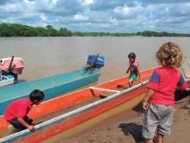 Niños, hijos de una familia desplazada, jugando en el río Sarare, Guasdualito, estado Apure